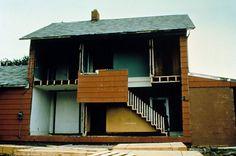 bingo X ninths 1974 gordon matta-clark- anarchitettura-decostruttivismo-principi vitruviani- scultura-video-perf- casa tipica americana - taglia facciata in 9 pezzi somigliando cosi alla griglia del bingo. viene sottratta la facciata come fosse una casa di bambole e poi demolita-.jpg (480×318)