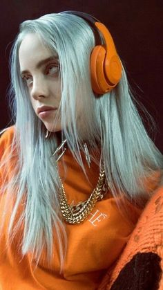 Billie Eilish is our style icon! Billie Eilish is the POP sensation we never knew we needed! Billie Eilish, Elegantes Business Outfit, Videos Instagram, Streetwear Mode, Streetwear Fashion, Album Cover, Wallpapers Android, Orange Aesthetic, Grunge Hair