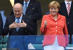 Daumen drücken: FIFA-Präsident Joseph Blatter und Bundeskanzlerin Angela Merkel vor dem Spiel Deutschland gegen Portugal. Merkel drückt ihrer Mannschaft ganz fest die Daumen (es hat sich ausgezahlt, wie sich später herausstellte). Mehr Bilder des Tages auf: http://www.nachrichten.at/nachrichten/bilder_des_tages/cme10133,1080195 (Bild: GEPA)