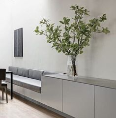 Clean & minimal breakfast nook with built-in bench; Use as shelf and seating area instead of railings xxx Clean & minimal breakfast nook with built-in bench; Use as shelf and seating area instead of railings Casa Park, Kitchen Benches, Kitchen Seating Area, Kitchen Banquette, Kitchen Nook, Kitchen Decor, Banquette Seating, Office Seating, Built In Bench
