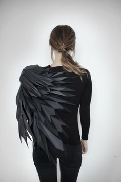 Mashallah Design: A three-step sequence of a bird spreading its wings is reconstructed and sculpted into T-Shirts. I like the way it looks and the way it look like it morphing in to a bird. Paper Fashion, Origami Fashion, Fashion Art, High Fashion, Fashion Fabric, Fashion Ideas, Fashion Details, Look Fashion, Mode Origami