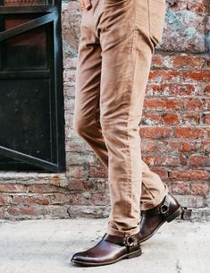 Engineer Boots e Harness Boots: Botas Masculinas Com Estilo Biker - Canal Masculino Par Ideal, Harley Davidson, Rave Outfits Men, Chelsea, Engineer Boots, Biker, Khaki Pants, Outdoors, Fashion