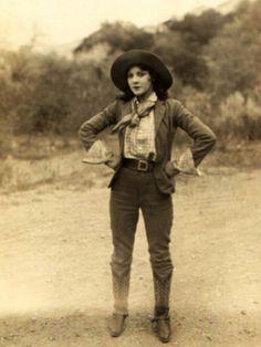 You gotta love the vintage cowgirls! You gotta love the vintage cowgirls! Vintage Cowgirl, Cowboy And Cowgirl, Cowgirl Style, Vintage Western Wear, Cowgirl Jeans, Western Style, Vintage Mode, Look Vintage, Cowgirls