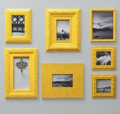 Aqui, imagens em preto e branco foram destacadas com molduras de diferentes formatos e tamanhos, todas pintadas de amarelo. Uma delas, vazada, exibe um gancho cabideiro ...