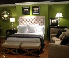 Ehrfürchtige weiße getuftete Flügel Kopfteil mit romantischen Schatten Lampen sowie moderne Couch und Bank als dekorieren in kleinen Master grünen Schlafzimmer Ideen