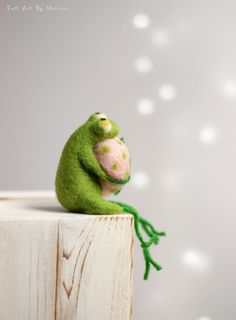 Needle Felt Frog - Little Needle Felt Green Frog With A Pink Heart - Easter Needle Felt Doll - Frog Miniature - Spring Home Decoration