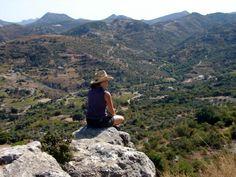 Økologi, meditation og mindful yoga på Kreta - Vælg imellem 19 afgange fra 29. april til 17. oktober 2016! - Mærk roen fra naturen og bliv forkælet med økologi, daglige meditationer, guidede vandreture, mindful yoga og ikke mindst en skøn og nærværende gæstfrihed fra retrætets personale. Vi bor oppe i bjergene, ca. to kilometer fra den lille landsby Axos, der er kendt for sin spændende historie. Retrætestedet har restaurant og pool og er bygget i pagt med naturen.
