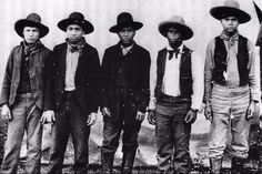 Unlike most criminal outfits in the Old West, the Rufus Buck Gang was a mix of Creek Indian and African American outlaws. They were hanged for holding up stores in Oklahoma and Arkansas. Old West Photos, Rare Photos, Vintage Photos, Antique Photos, Totems, Wild West Outlaws, Black Cowboys, Real Cowboys, Into The West