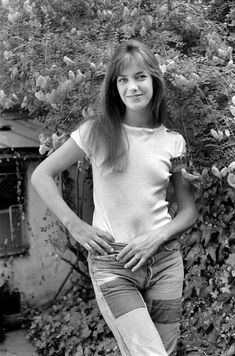 """Jane Birkin – """"This is an obvious one, but those who are considered iconic oft… Charlotte Gainsbourg, Serge Gainsbourg, Gainsbourg Birkin, Jane Birkin Style, Jean Vintage, Jeanne Moreau, Brigitte Bardot, White Tees, Denim Fashion"""