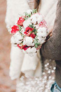Mooie kleurencombinatie #bruidsboeket #wit #rood #winter #bruiloft #trouwen #huwelijk #trouwdag #verloving #loveshoot #shoot #rood #glamour Loveshoot met rode elementen   ThePerfectWedding.nl   Fotografie: Blooming Light Photography