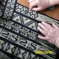reflejos aborígenes Inkle Weaving Patterns, Loom Weaving, Card Weaving, Tablet Weaving, Finger Weaving, Inkle Loom, Embroidery Saree, Textile Texture, Weaving Projects