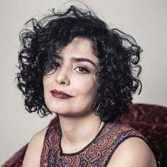 Uma tendência entre cortes de cabelos está sendo a dos cabelos curtos cacheados, que tem feito a cabeça de muitas mulheres. Então se você é cacheada e tem