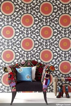 Behangcollectie Suzani van Eijffinger is geïnspireerd op de kenmerkende geborduurde stoffen van de nomaden uit Midden Azië waaronder bloemen, decoratieven cirkelpatronen, stippen, strepen en boommotieven. http://www.wonenonline.nl/interieur/12/behang-eijffinger-suzani.html#