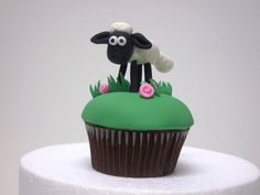 Gumpaste Shaun the sheep - by Melinartcakes @ CakesDecor.com - cake decorating website