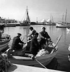 Greece History, Photomontage, Black And White Photography, Old Photos, Boat, Retro, Memories, People, Bassinet