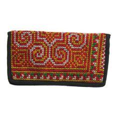 에스닉한 문양을 자수로 놓아서 만들어진 핸드메이드 자수 지갑입니다.
