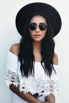 Unas #gafasdesol clubmaster en negro con #sombrero también en negro. ¡Ideal #outfit!