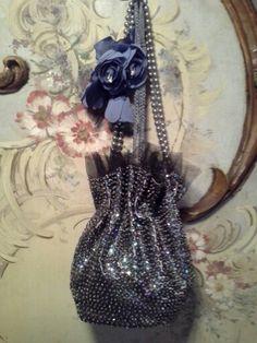Bolsa de festa bordada com paêtes e broche de flores.  Vintage criação de Eliane Lago http://artesanne-artes.blogspot.com/