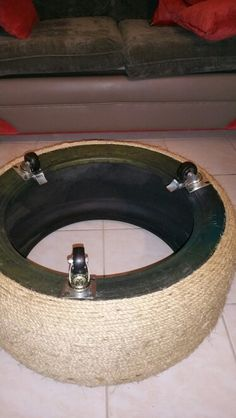assembly diagram, rope ottoman made out of old tire (Diy Decoracion Hogar)Easy DIY Rope Ottoman Turn a discarded tire into a new favorite foot stoolResultado de imagen para tire table with rope and feetRecommend using a sealer, Sayerlack Hammered Coffee Table, Unique Coffee Table, Tire Furniture, Diy Furniture Decor, Furniture Arrangement, Furniture Projects, Furniture Design, Diy Divan, Diy Home Crafts