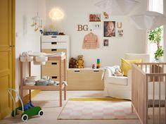 Barnerom i friskt hvitt, gult og tre med sprinkelseng, stellebord og oppbevaring.