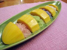 Sweet mangos and colorful rice Mango Recipes, Thai Recipes, Fruit Recipes, Clean Recipes, Filipino Desserts, Asian Desserts, Thai Cooking Class, Mango Sticky Rice, Thai Dessert