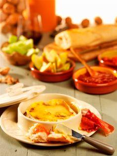 Gesmolten kaas, en dan specifiek camembert, is altijd goed. Dit heerlijke recept komt van Oil & Vinegar en is heerlijk om te dippen met een stukje brood. Wijntip vanMr. Vino:deze franse koemelkkaas vraagt om of een stevige witte wijn (Californië, Chili) of een zachte rode bv. uit Zuid-Frankrijk (Fitou). Verwarm je oven voor op 180 […]
