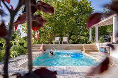 Lamellövedrag till pool, inbyggd över trädäck en nivå högre än poolområdet. Bild från Pool Stories –Poolmiljö med Medelhavskänsla