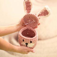 No photo description available. Crochet Box, Crochet Clutch, Crochet Bunny, Crochet Shoes, Crochet Purses, Crochet Crafts, Knit Crochet, Easter Crochet Patterns, Crochet Basket Pattern