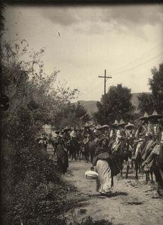 Miguel Casasola en el cuarto oscuro de su estudio en la Ciudad de México, 1925. Obsérvese la pistola al cinto  El mexicano Agustín Víctor Ca...