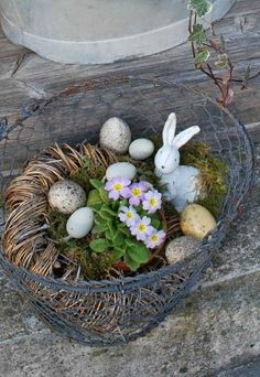 Out door Easter Wire Basket w/eggs & small bunny & plant.Out door Easter Wire Basket w/eggs Easter Buffet, Easter Table, Easter Eggs, Easter Party, Magazine Deco, Indoor Wreath, Boutique Deco, Diy Ostern, Wire Baskets