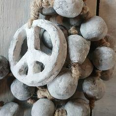 Peace teken woonketting gemaakt door #huisjemetspullentjes op instagram