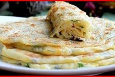Turte de cașcaval cu șuncă, gata în doar 15 minute. Ce poate fi mai gustos? - Bucatarul Zucchini Fritters, Cabbage, Bakery, Food And Drink, Cooking Recipes, Picnic, Sweets, Chicken, Meat