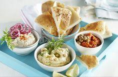 Recept Gegrild Turks brood met 3 dips - Brood.net No Bake Snacks, Party Snacks, Yummy Snacks, Tapas Buffet, Dips, Herb Butter, Sweet Breakfast, Mini Foods, Turkish Recipes