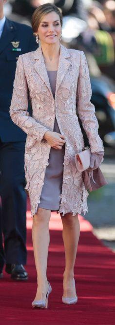 La Reina Letizia ha iniciado la visita de Estado a Portugal en Oporto y repitiendo un modelo de Felipe Varela.
