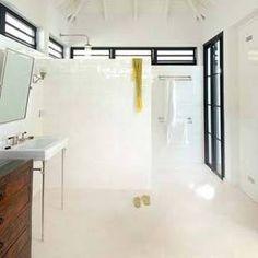mooie combi wit met tropisch hout = carische sfeer