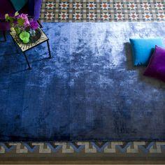 designers guild creations : tapis eberson cobalt en vente chez fanny la pie le site parisien de tapis tendance