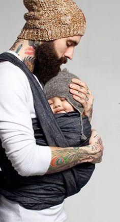 Les papas aussi peuvent porter bébé en écharpe !