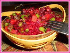 Neoloupanou řepu zhruba 2 hodiny vaříme. Necháme vychladit, oloupeme a nahrubo nastrouháme. Přidáme na kostičky nakrájené kyselé okurky, hrášek s... Russian Recipes, Kitchen Hacks, Kung Pao Chicken, Raw Food Recipes, Fruit Salad, Food And Drink, Strawberry, Homemade, Ethnic Recipes