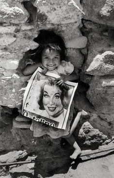 'Girl with a magazine', Mexico, 1934. Henri Cartier-Bresson.  Learn Fine Art Photography - https://www.udemy.com/fine-art-photography/?couponCode=Pinterest10