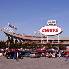 kansas city chiefs fans are good peoples. Love arrowhead too Kansas City Chiefs Football, Nfl Football, Chiefs Game, Super Bowl Winners, Arrowhead Stadium, Sports Fanatics, Home Team, National Football League, American Football