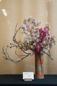 Ikenobo, Ohara, Wafu and other ikebana on display - Bonsai Tonight Ikebana Flower Arrangement, Floral Arrangements, Bonsai Plante, Cylinder Vase, Japanese Flowers, Arte Floral, Green Life, Gerbera, Japanese Culture