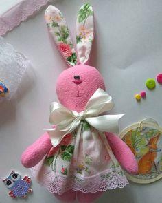 Трогательная розовая зая ручной работы.Сделана из хлопка и флиса. Милый подарок для любительниц розового. Рост 20 см.Стоимость 500 р.#тильда  #игрушки  #зая