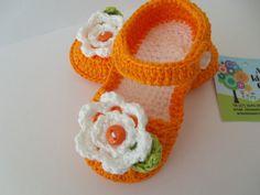 Sandália confeccionada em crochê com linha 100% algodão na cor laranja e branco e acabamento em flores e botões. Tamanho 16 - Sola com 10cm calça de 02 à 06 meses Disponível em outras cores para encomendas. R$15,00