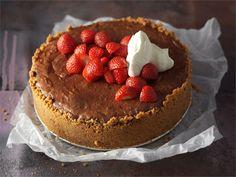 Mansikkainen suklaajuustokakku on ihanaa suoraan uunista, lämpimänä nautittuna. http://www.valio.fi/reseptit/mansikkainen-suklaajuustokakku/
