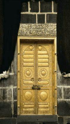 Ka'bah Door made of solid Gold inside al-Masjid al-Haram in the City of Makkah Saudi Arabia Masjid Haram, Mecca Masjid, Mecca Wallpaper, Mekkah, Beautiful Mosques, Beautiful Places, Islamic Architecture, Islam Quran, Allah Islam