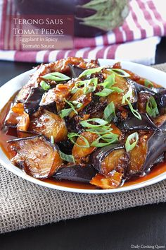 Terong Saus Tomat Pedas - Eggplant in Spicy Tomato Sauce Recipe Cubed Eggplant Recipe, Spicy Eggplant, Eggplant Dishes, Eggplant Recipes, Healthy Sweet Snacks, Nutritious Snacks, Healthy Food, Veggie Recipes