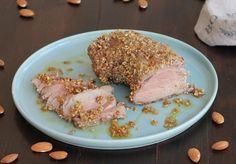 Il filetto di maiale alle mandorle è un secondo piatto velocissimo che si prepara in 2 minuti, cuoce in forno ed è veramente molto saporito.