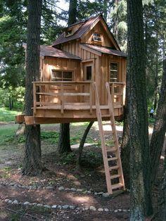 Drewniany domek dla dzieci przymocowany do drzew