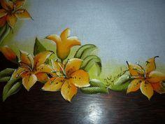 Detalhe de trilho de mesa com pintura de lírios