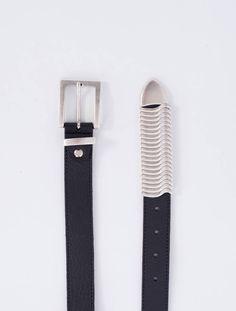 CalaJade Rattle Belt er et røft statement-belte i kvalitetsskinn. Flyttbare metalldetaljer.